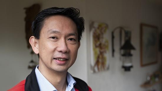 Wawan Kawulusan  woonde in Indonesië, met een Chinese achtergrond. Eenmaal in Nederland duurde het 10 jaar voordat hij uit 'de kast' kwam.