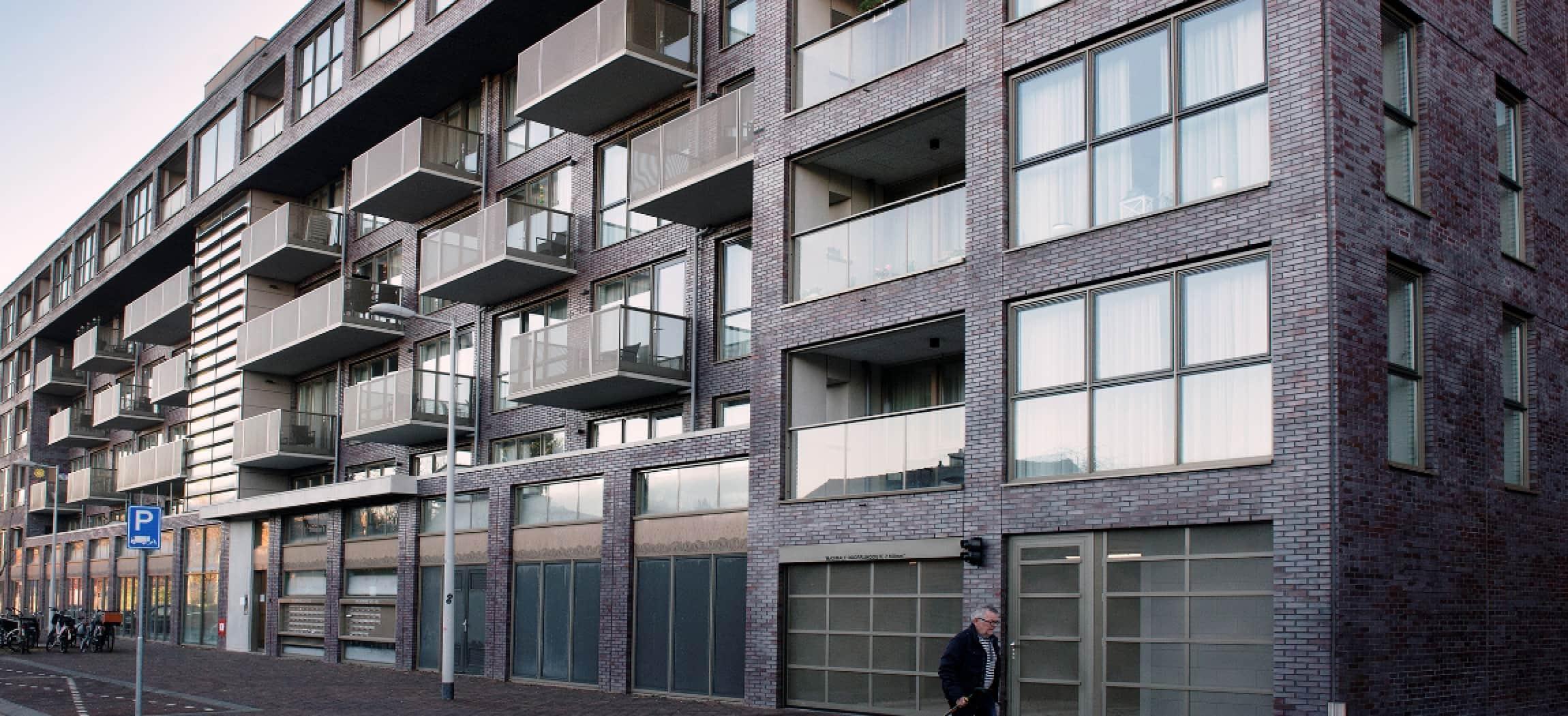 Buitenkant gebouw polikliniek Huntington in Willem Drees-Oostpoort Amsterdam