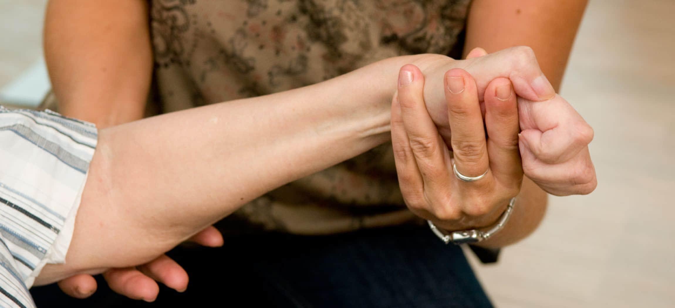 Fysiotherapie behandeld een verkrampte hand na beroerte CVA