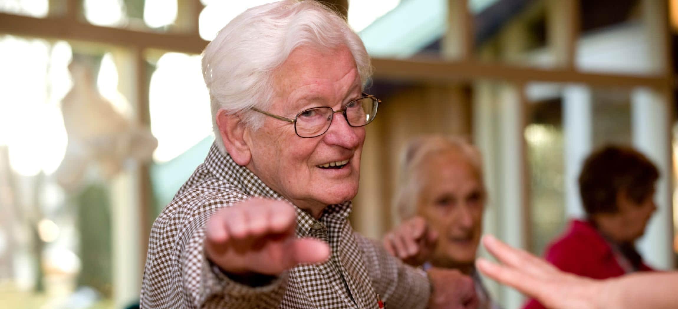 Meer bewegen voor ouderen met bejaarde man gestrekte arm oefening