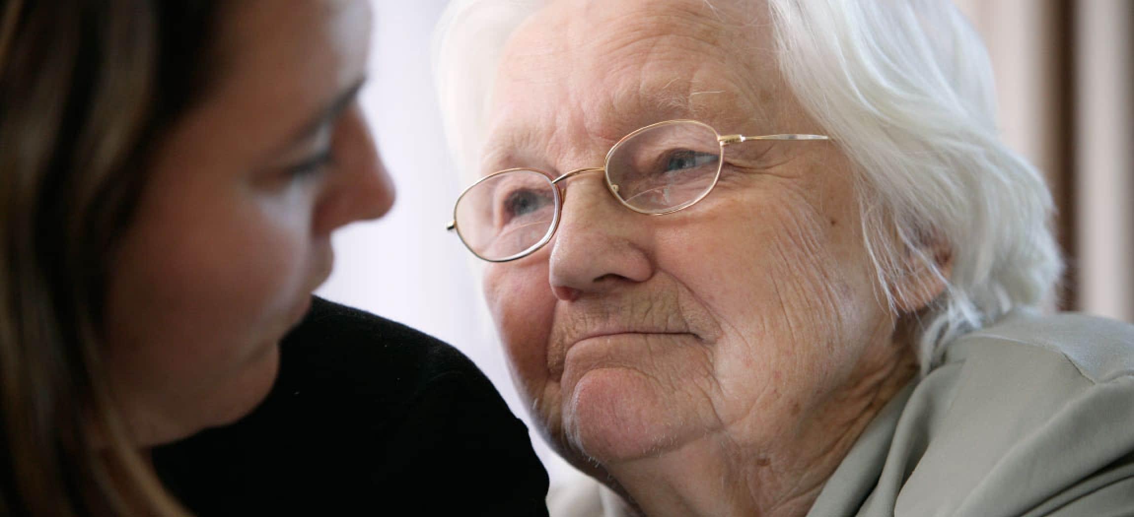 Innig portret van oude vrouw grijs haar met bril en haar dochter