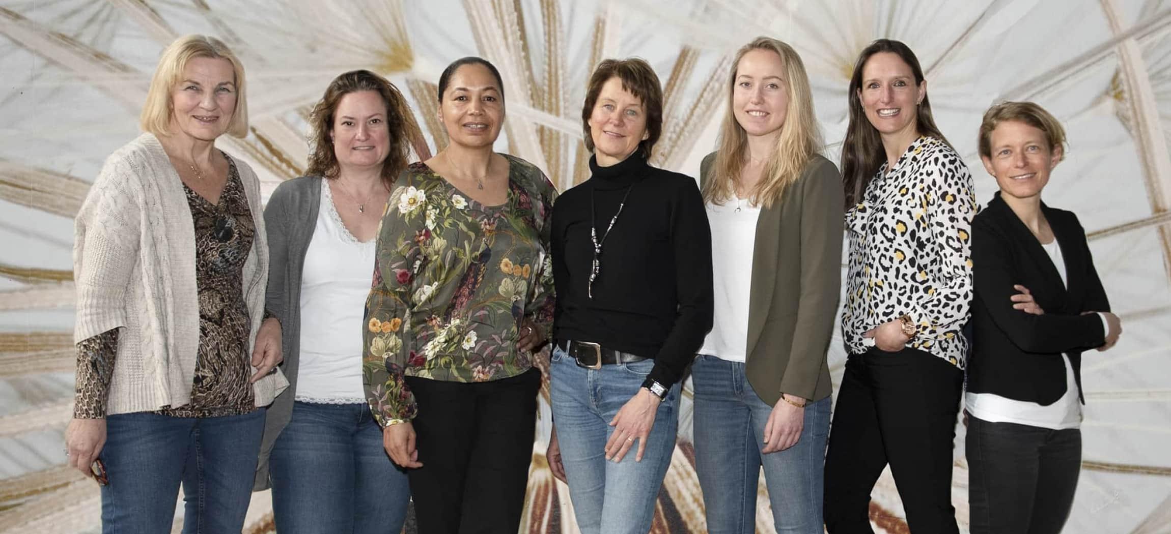 Groep vrouwen diëtisten in de ouderenzorg