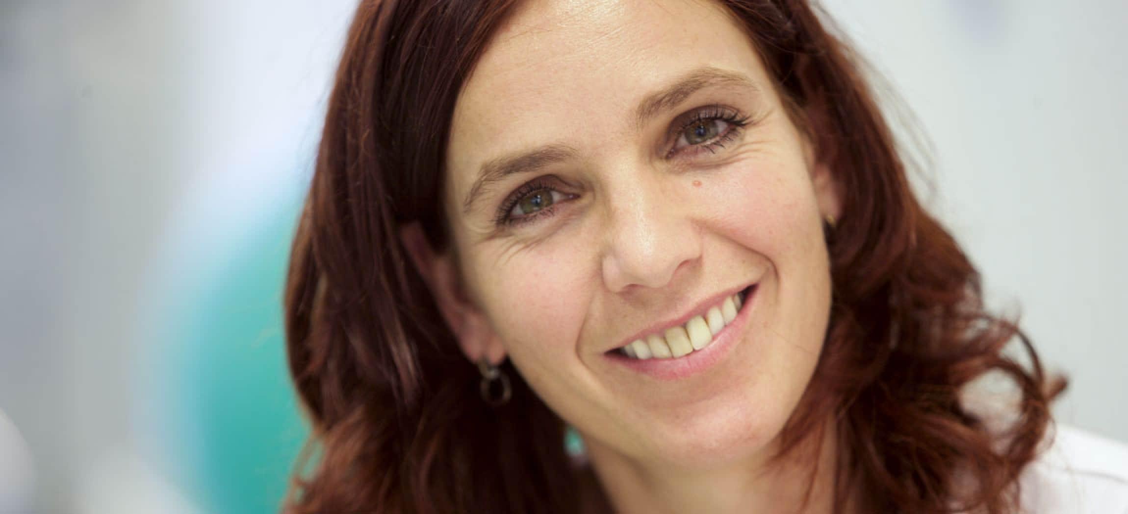 Vrouw licht-bruin bruine ogen haar kijkt vriendelijk geïnteresseerd close-up
