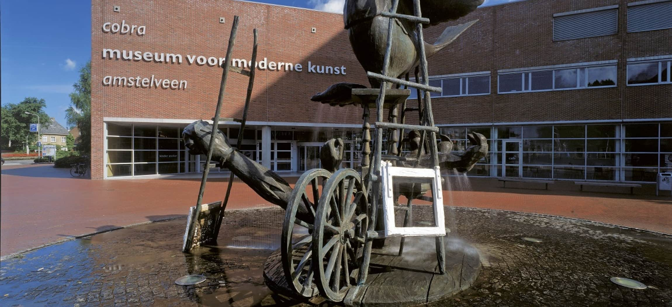 Standbeeld bij het Cobra museum in Amstelveen