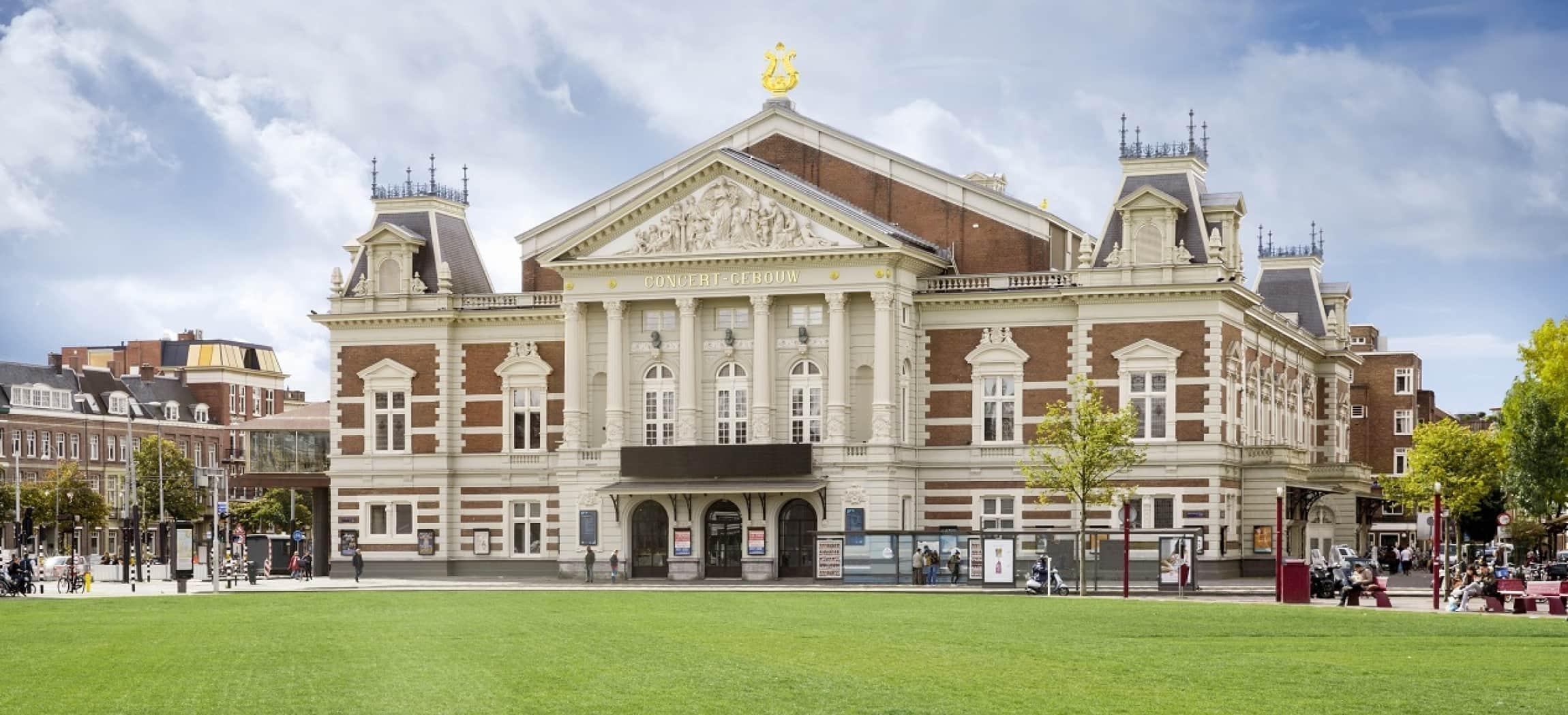 Het Concertgebouw buitenkant gezien vanaf het Museumplein Amsterdam