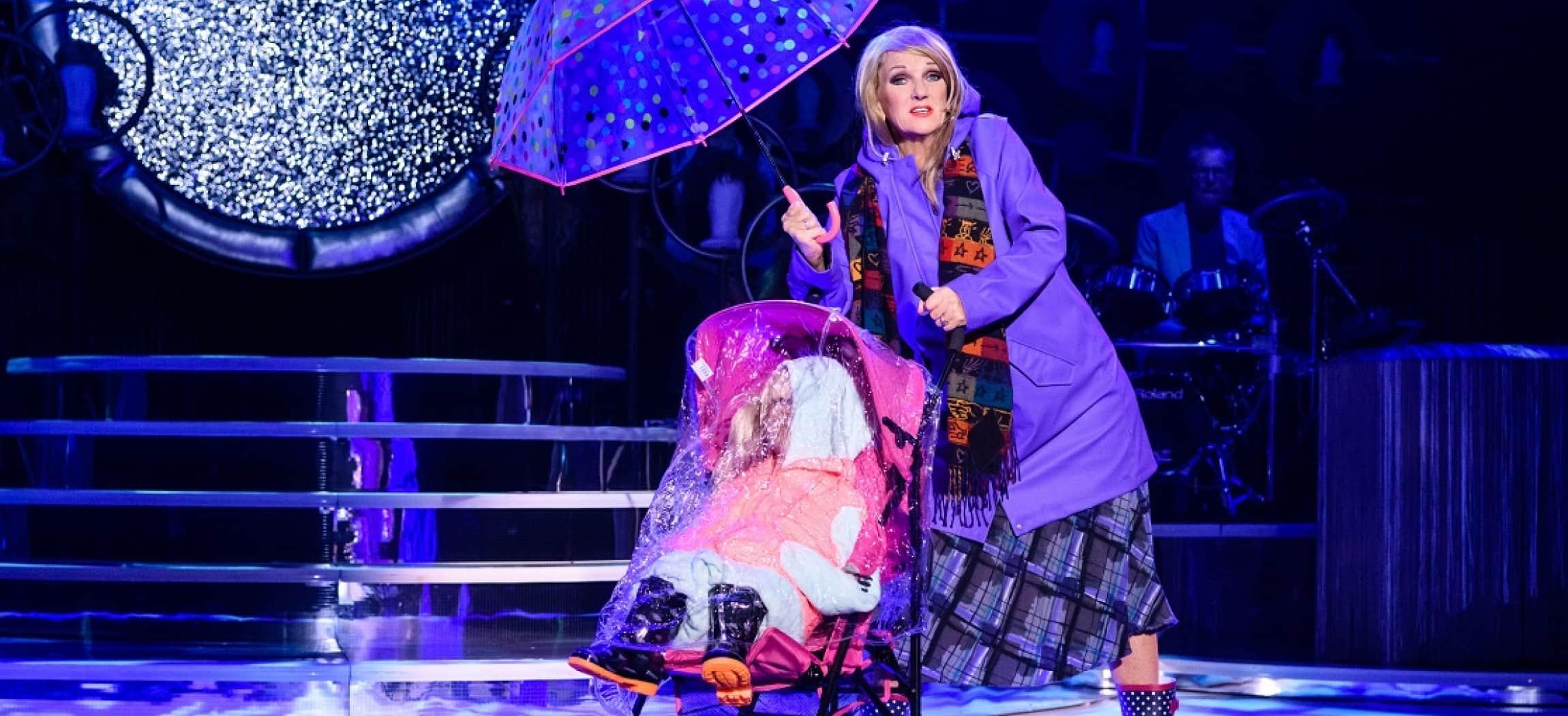 Optreden cabaret Tineke Schouten in paarse kleuren