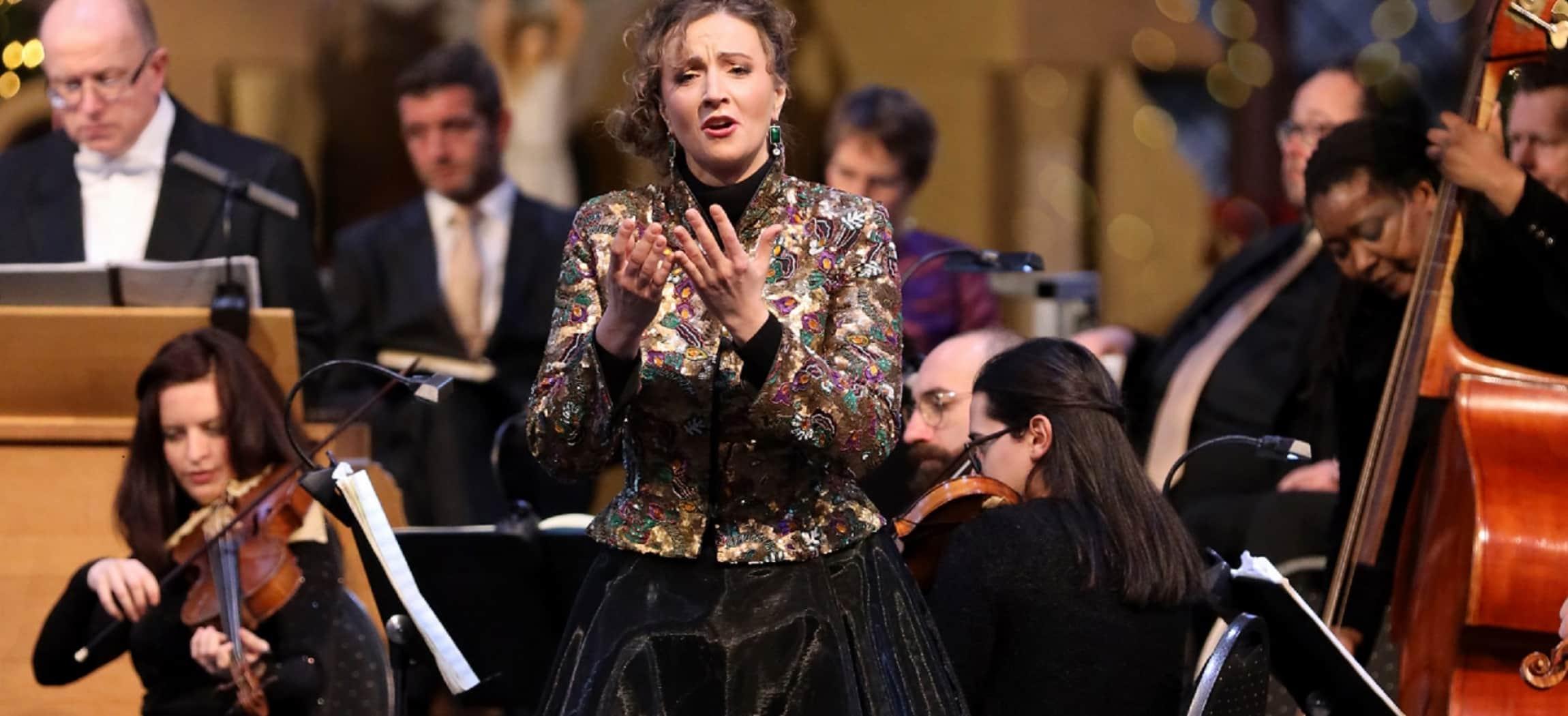 Sopraan Olga Zinovieva en countertenor Sytse Buwalda operazangers paarse achtergrond