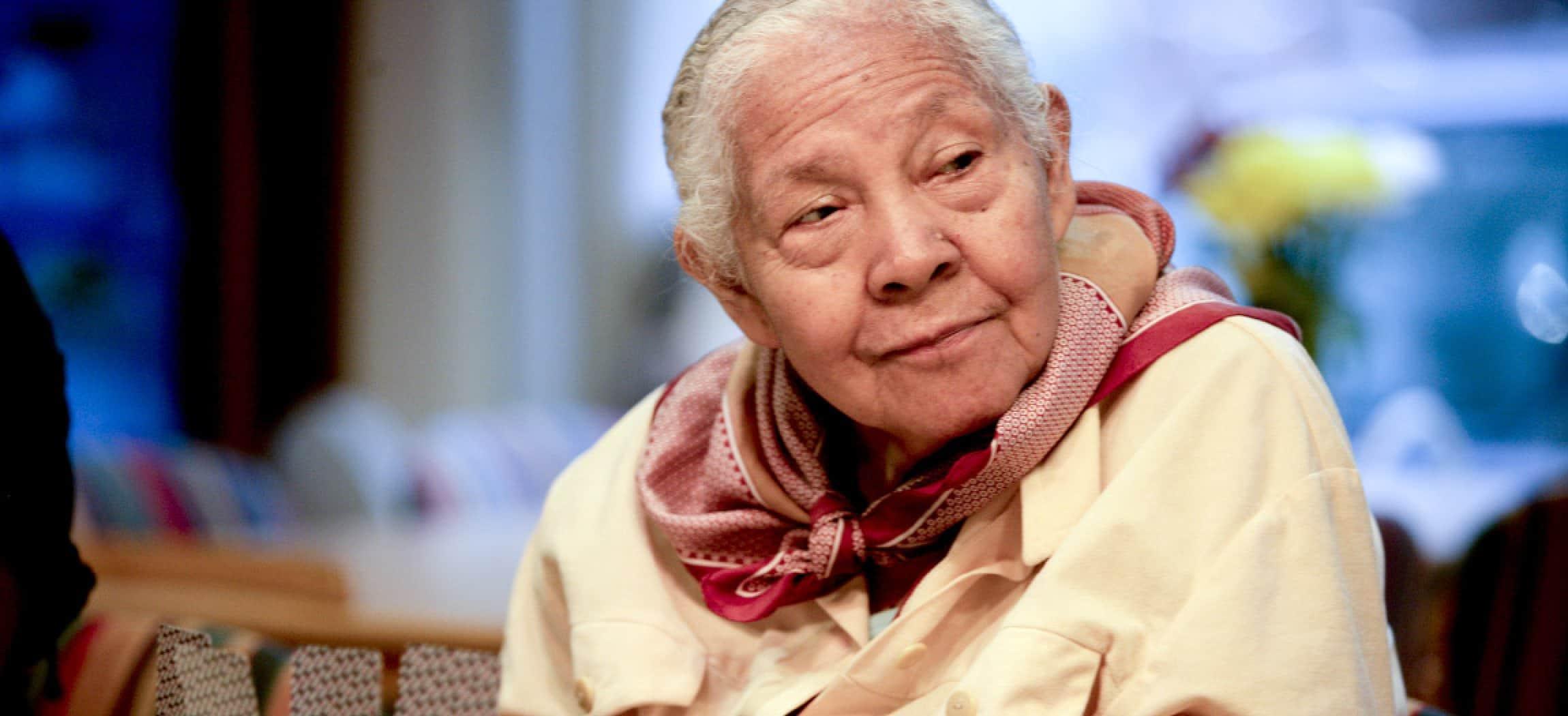 Oudere vrouw kijkt nieuwsgierig om zich heen