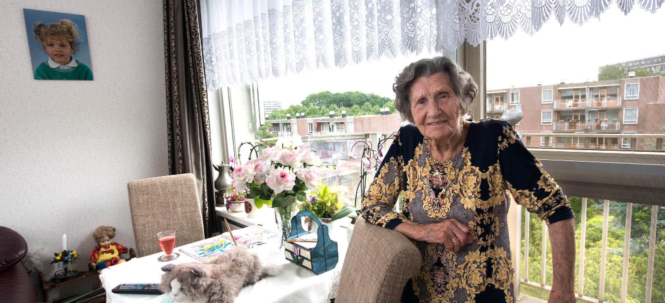 Trotse vrouw in gezellig appartement in een verzorgingshuis