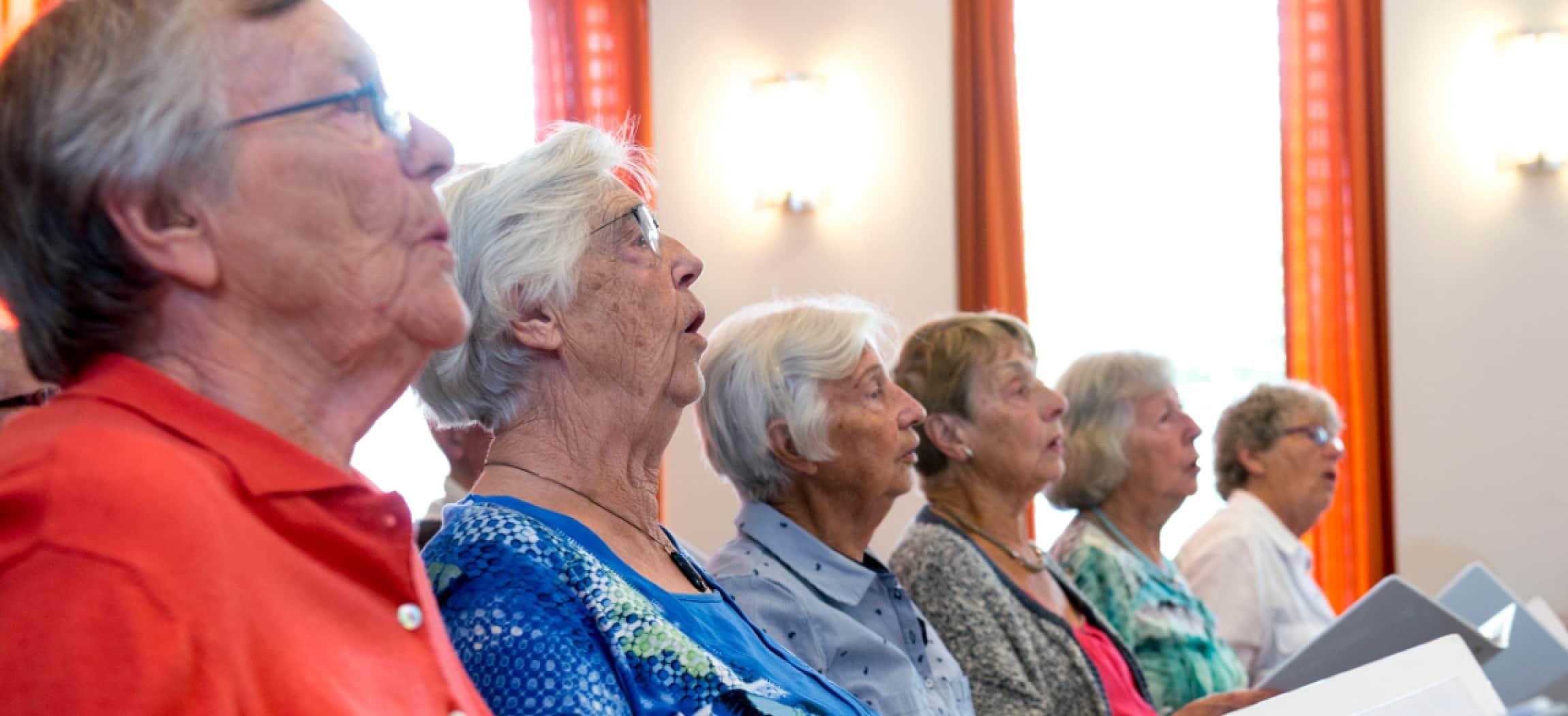 Dames zingen in het koor van een verpleeghuis in Hoofddorp