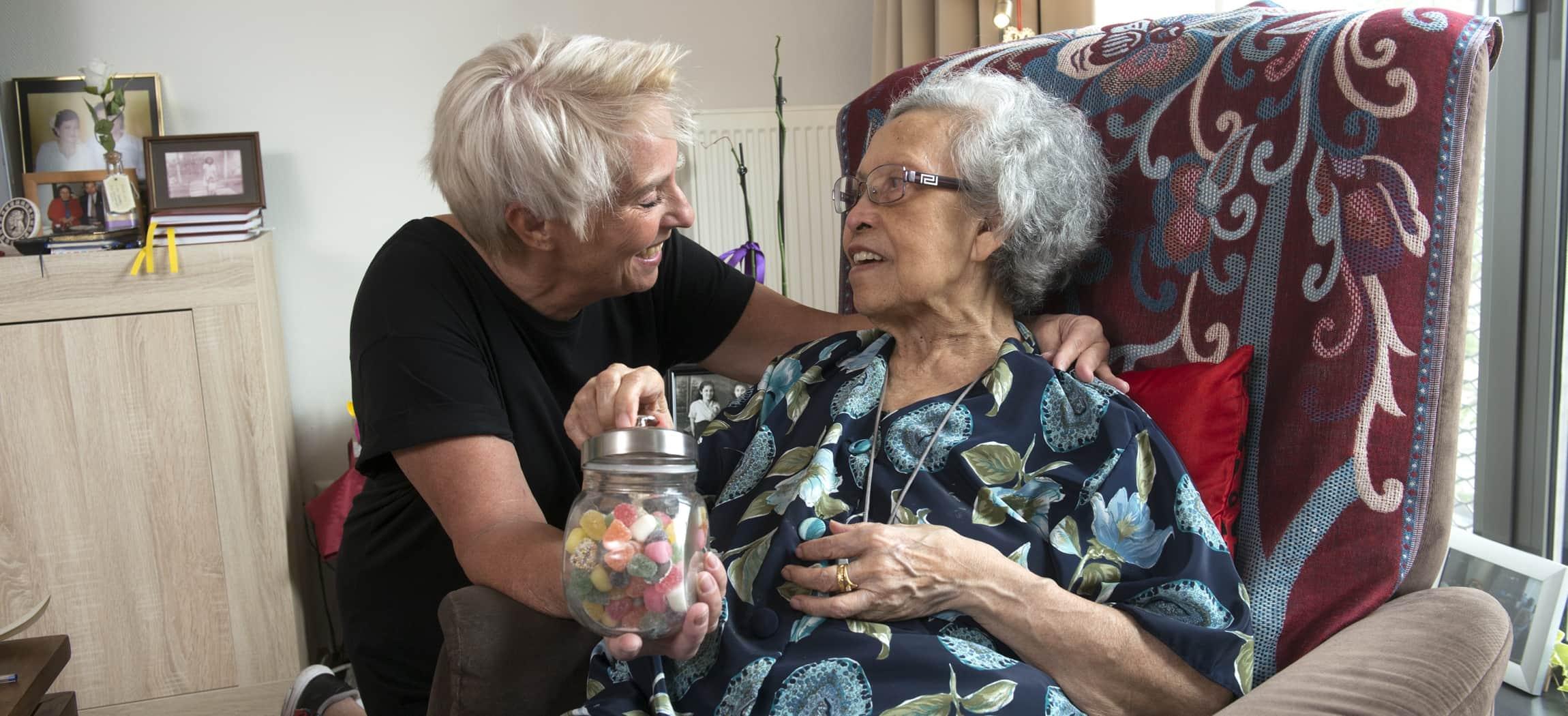 Indische oudere vrouw liefdevol omarmd