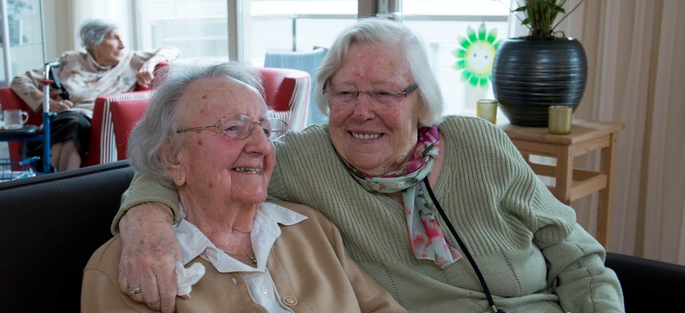Twee oudere vrouwen als vriendinnen op de bank