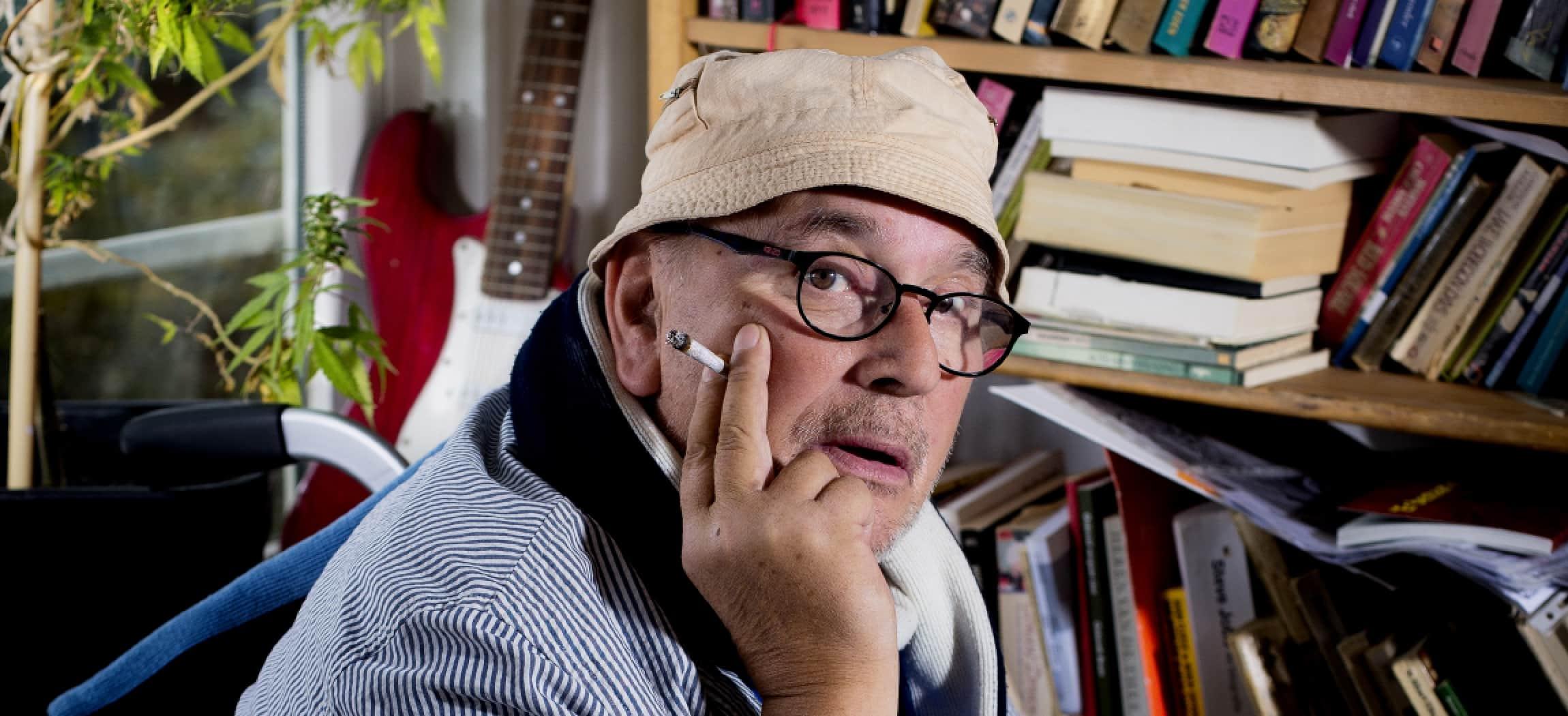 De heer Nieuwenhuis woont in zorgcentrum De Klinker - uit de serie Mensen van Amstelring