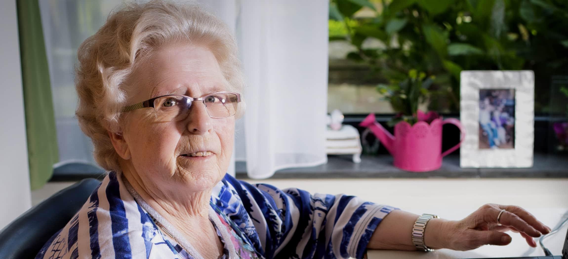 Mevrouw van der Laan woont in verpleeghuis Bornholm - uit de serie Mensen van Amstelring