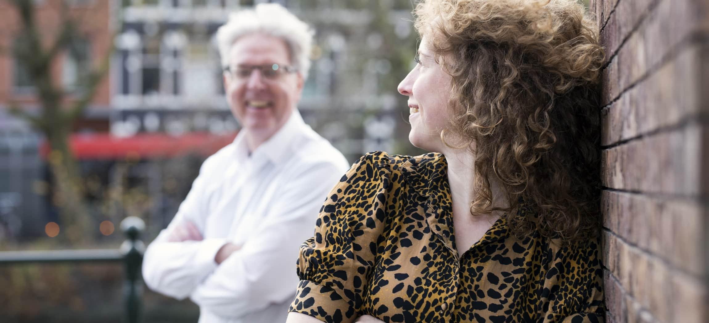 René en Daphne van de participatieraad De Makroon staan buiten op de gracht