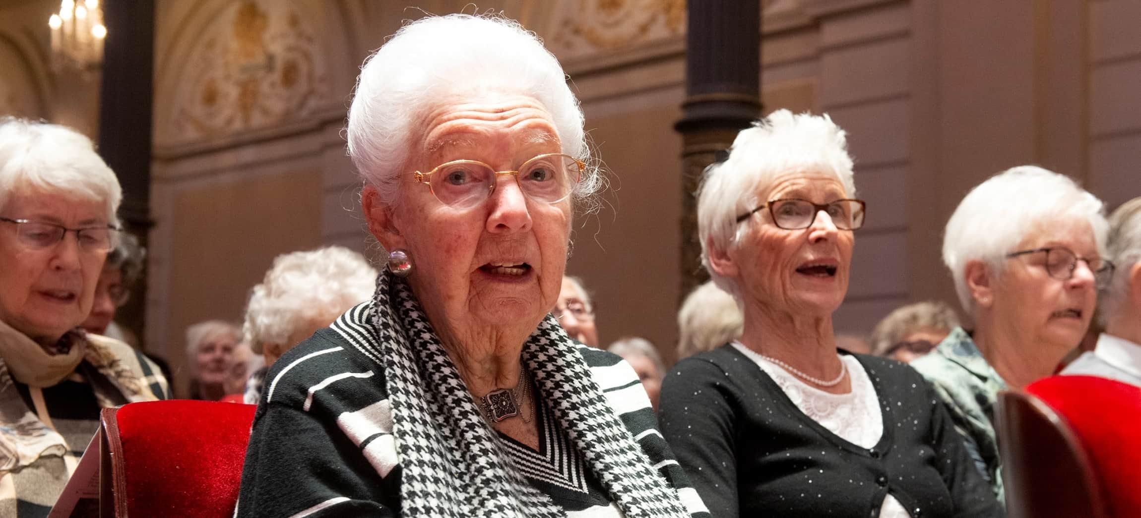 Zingende dames tijdens het Amstelring Kerstconcert 2018 in het Concertgebouw Amsterdam