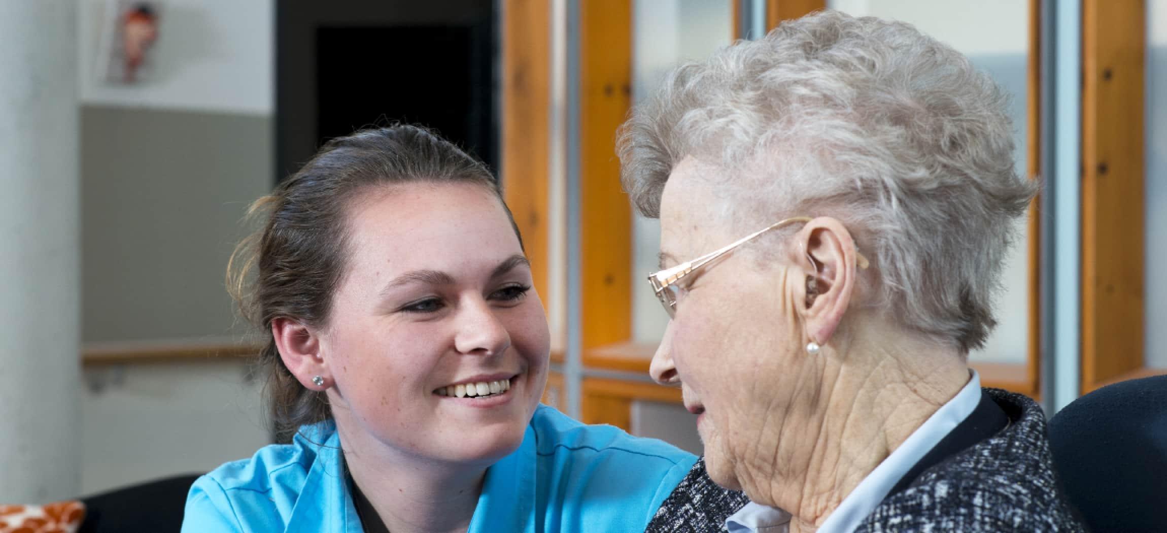 Ouderenzorg: zorgmedewerker en oude vrouw