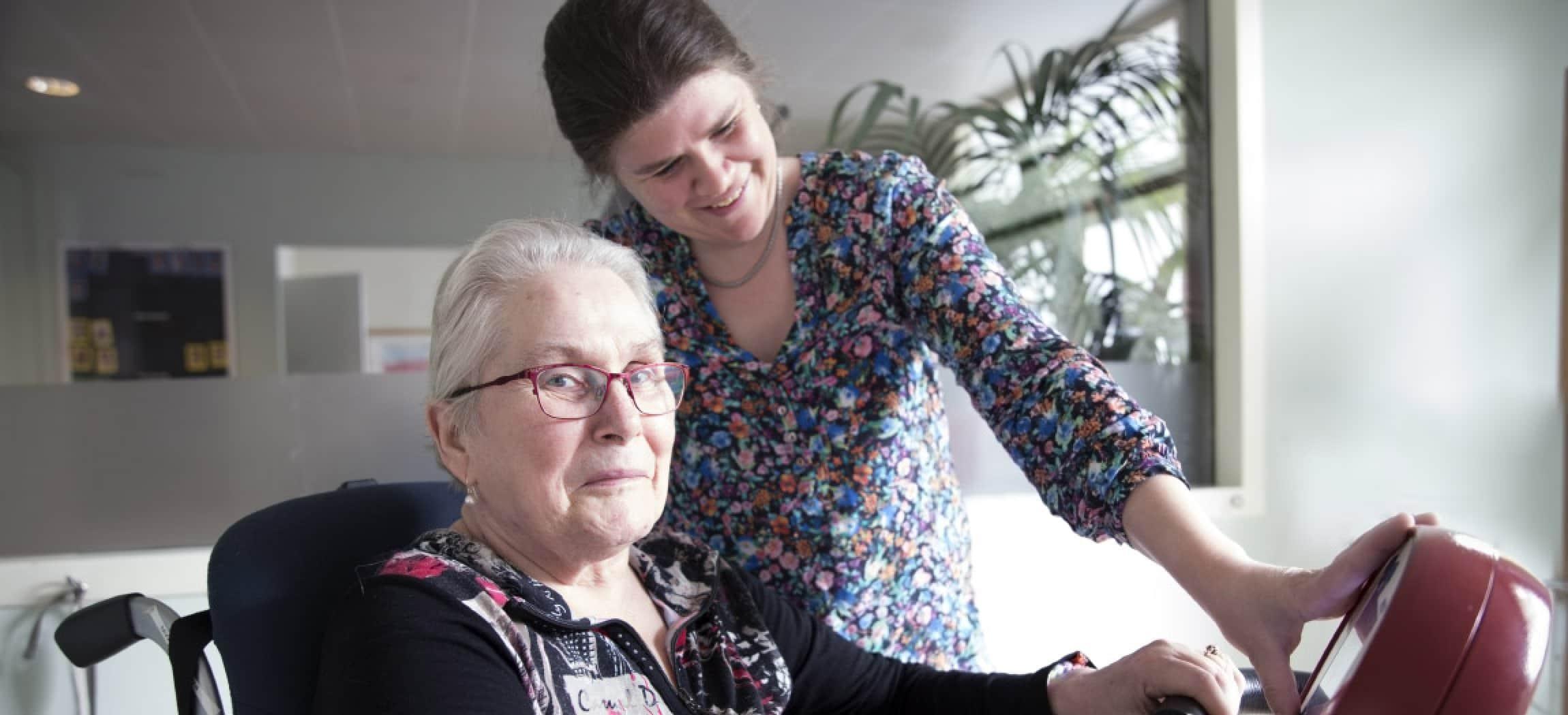 Mevrouw met de ziekte van Parkinson oefent aan de fysio fiets bij fysiotherapeut