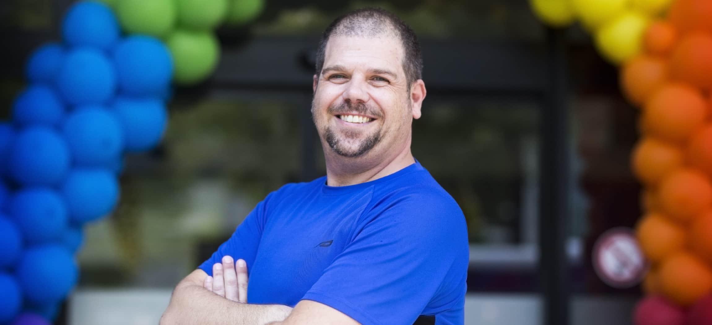 Arjan Croonen volgt de opleiding tot verzorgende bij Amstelring LHBTI ballonnen op achtergrond