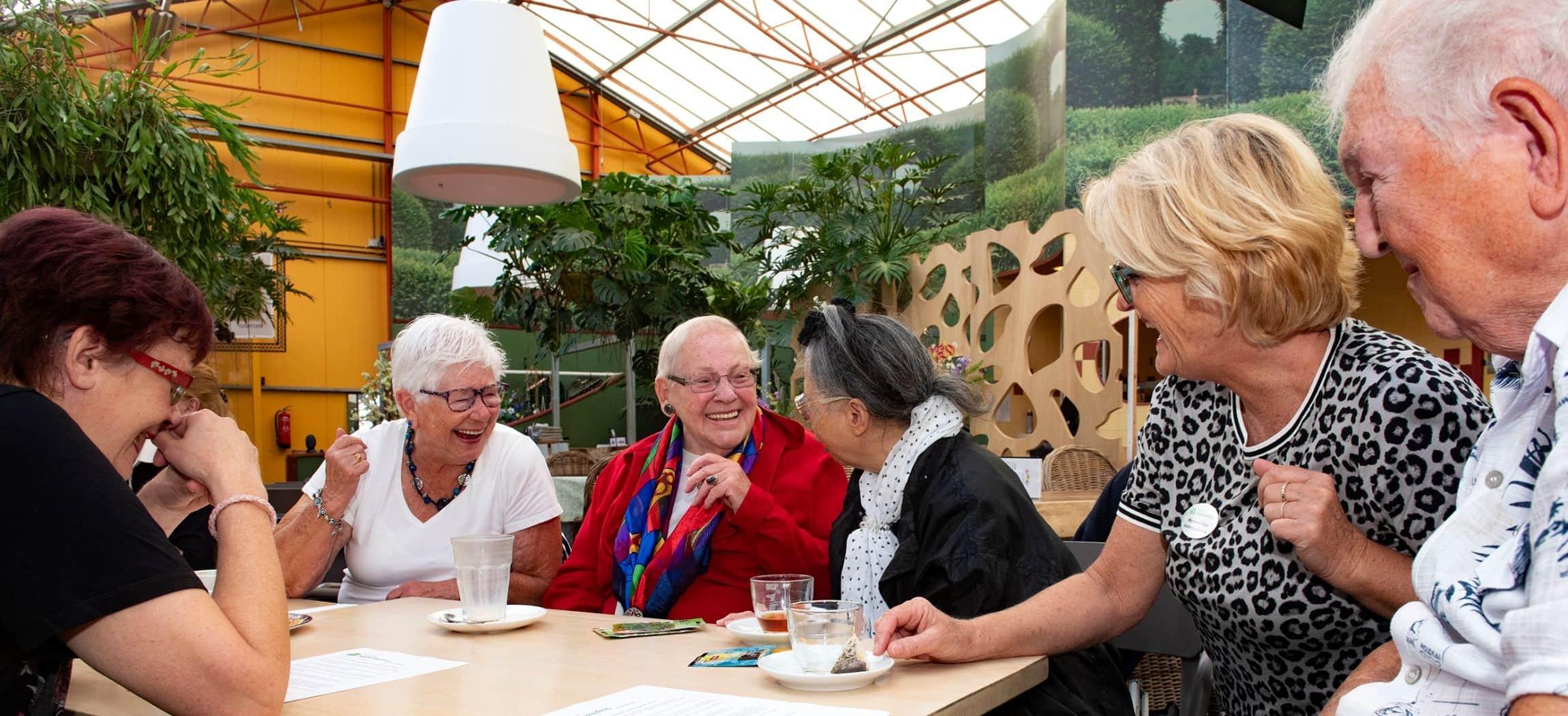 Eenzame ouderen vinden elkaar bij de inloop in Tuincentrum Osdorp georganiseerd door Amstelring Dagbesteding Leo Polak
