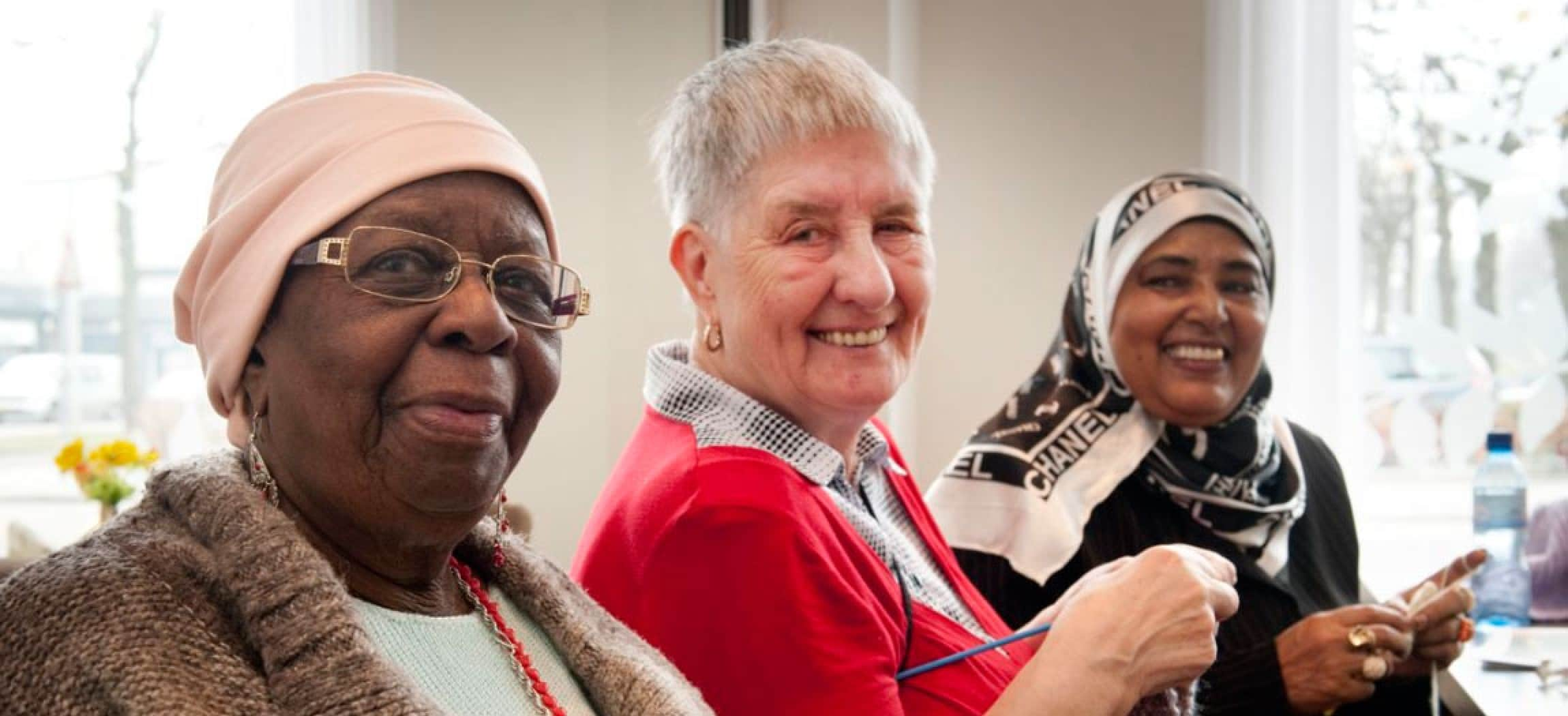 Drie oudere dames multicultureel gezellig samen breien