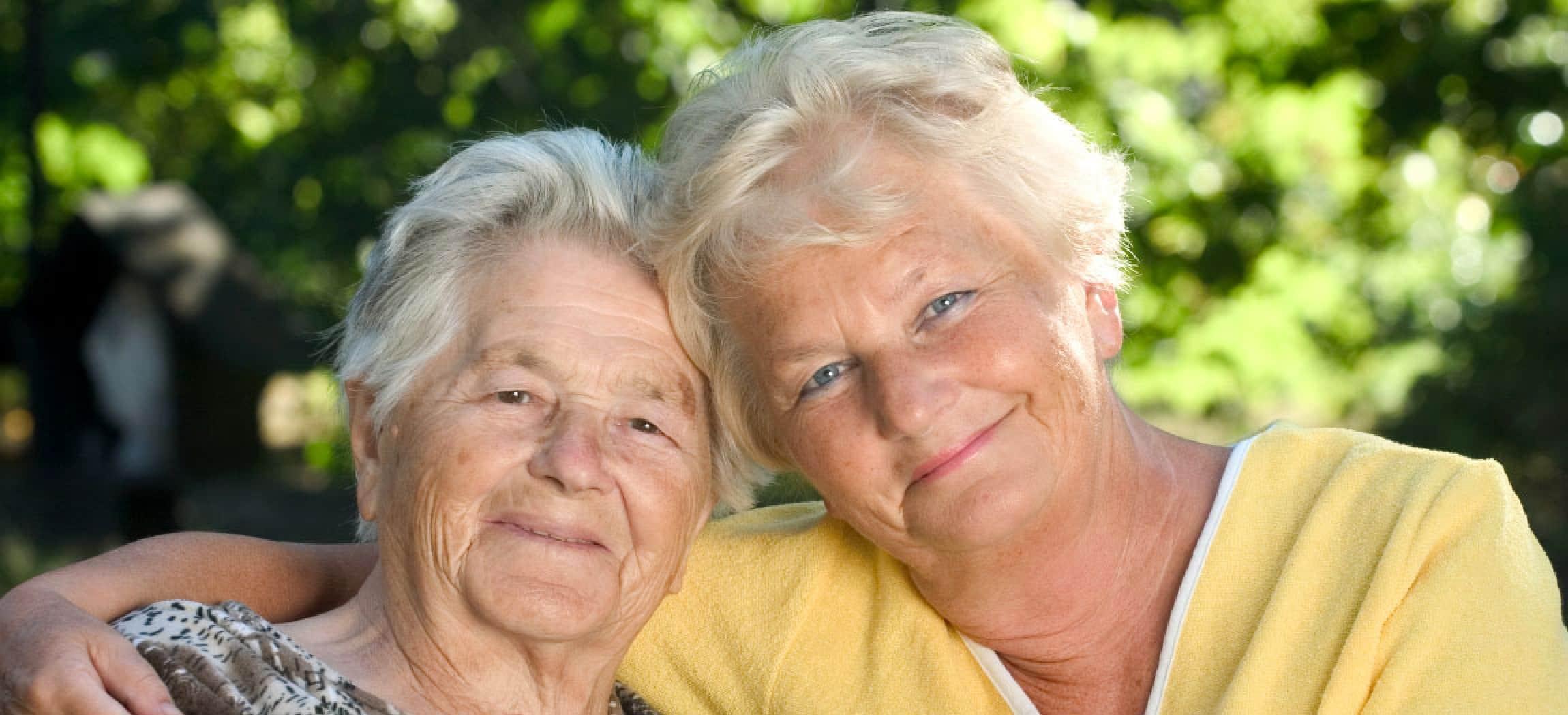 Liefdevolle omhelzing tussen oma en dochter
