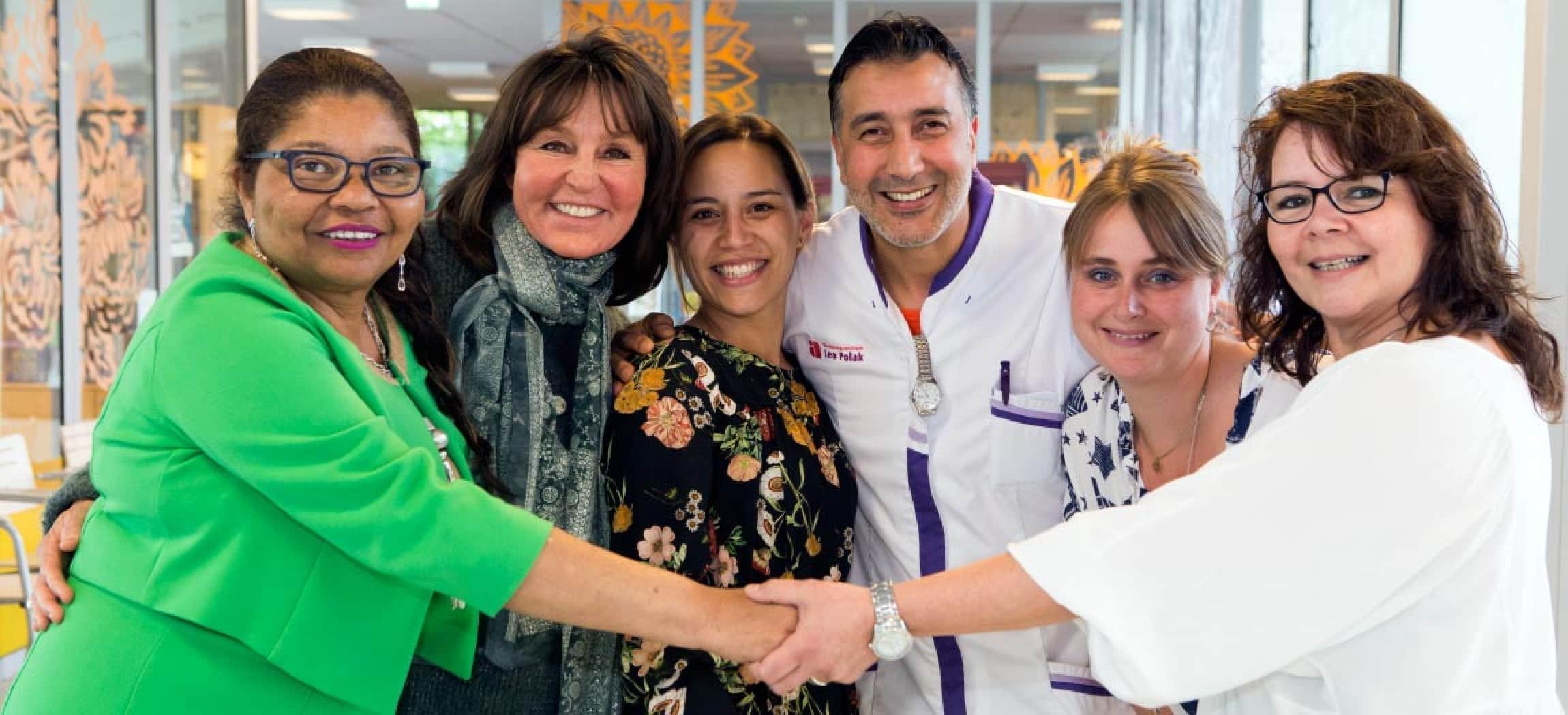 Een hecht team van vrouwelijke en mannelijke collega's in de zorgsector