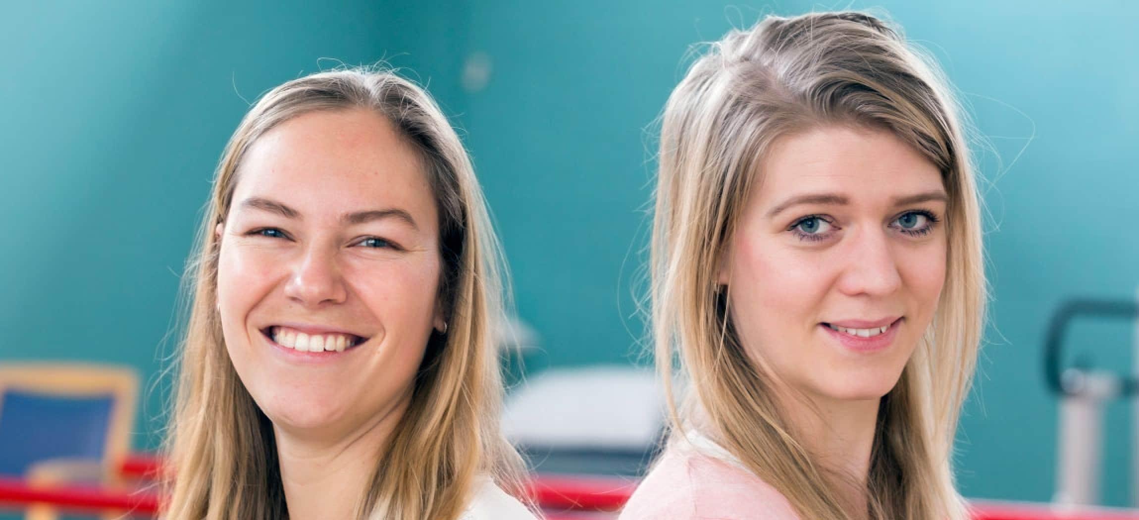 Fysiotherapeut en ergotherapeut twee collega's met blond haar in oefenruimte