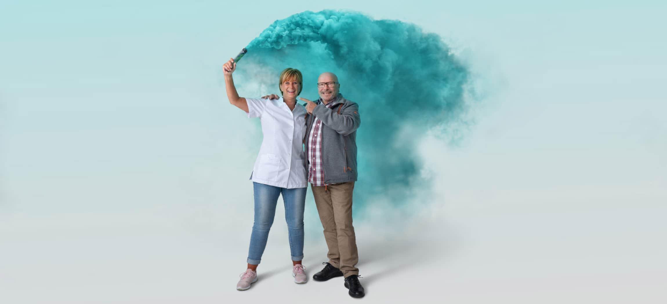 Jeanette verzorgende IG met oudere man en fakkel blauwe rook voor wervingscampagne Amstelring